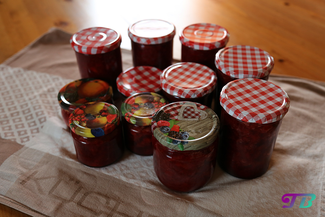 Erdbeeren fertige Erdbeermarmelade Gläser