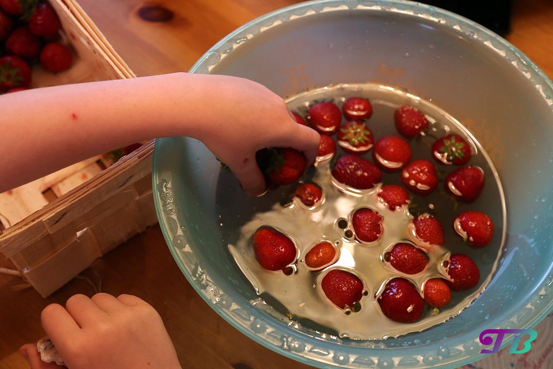 Erdbeeren in Schüssel waschen