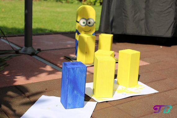 Kubb Wikingerschach gelbe und blaue Holzklötzer trocknen