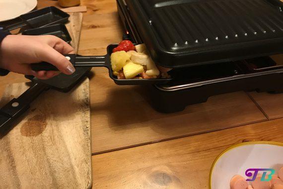 DIY Raclette Pfännchen reinschieben