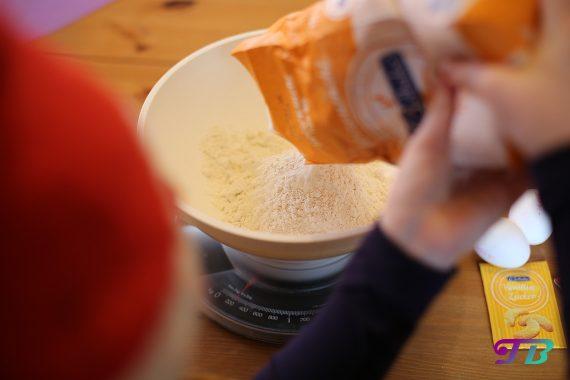 DIY Plätzchen Butterplätzchen Mehl hinzufügen