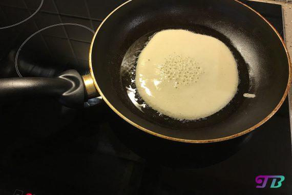 DIY Plinse Pfannkuchen Teig in Pfanne