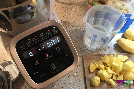 Kartoffelsuppe Prep & Cook Kartoffeln schneiden