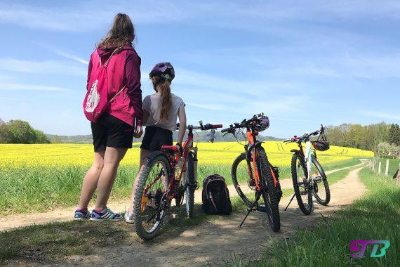 Fahrrad Tour Pause Aussicht genießen Rapsfeld