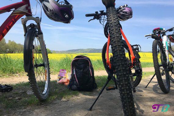 Fahrrad Tour Pause Kekse Möhren rapsfeld