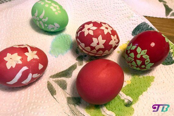 Ostern Eier färben malen Kaltfarben satte Farben