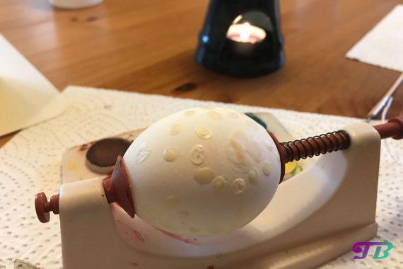 Ostern Eier färben malen Wachs-Batik Ei Halterung