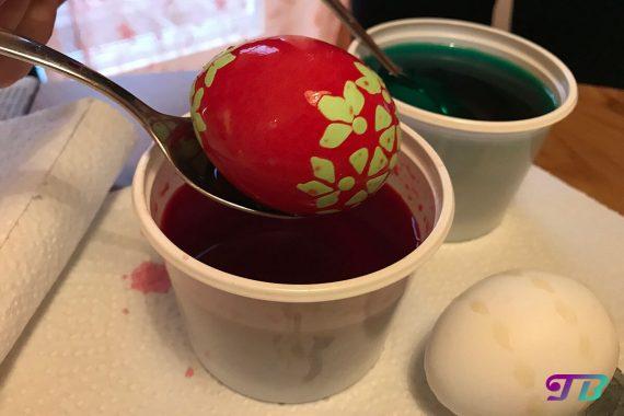 Ostern Eier färben malen Wachs-Batik zweifarbig