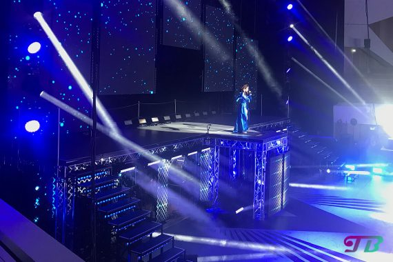 Vanessa Mai Regenbogen Live Tour Dresden Outfit blau Mantel