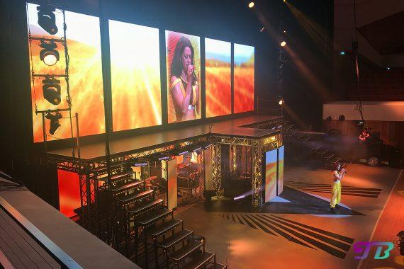 Vanessa Mai Regenbogen Live Tour Dresden Outfit gelb Leinwand Kornfeld