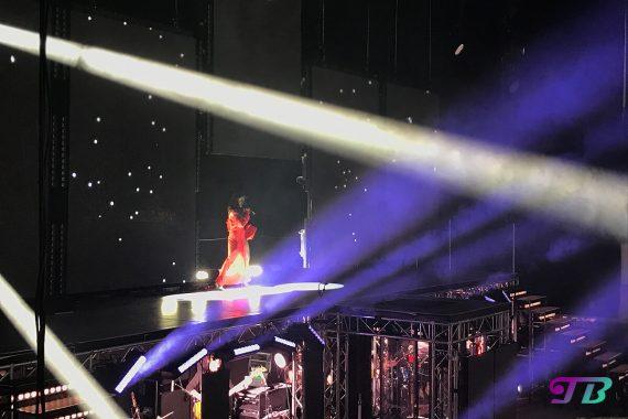 Vanessa Mai Regenbogen Live Tour Dresden Outfit rot Umhang
