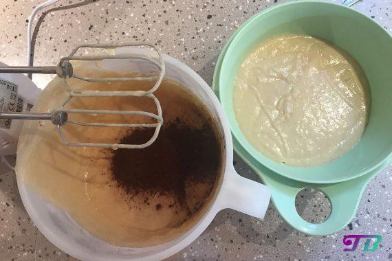 Mini-Muffins Teig Kakao-Pulver hinzufügen