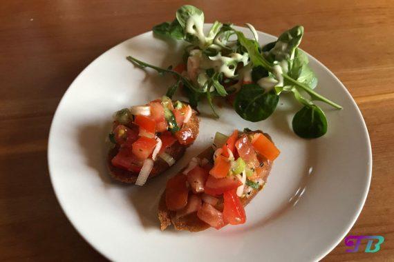 Bruschetta Salat servieren genießen
