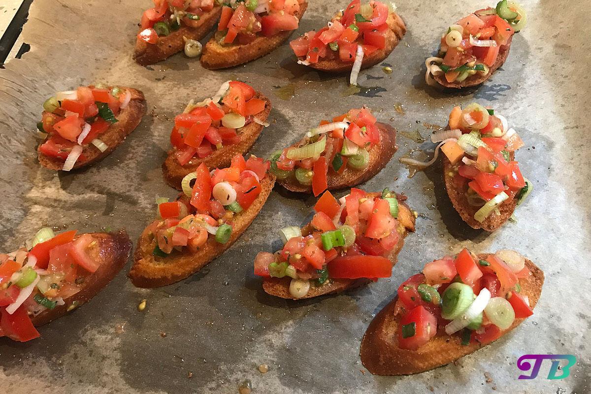 Bruschetta Tomaten Frühlingszwiebel Kräuter fertig