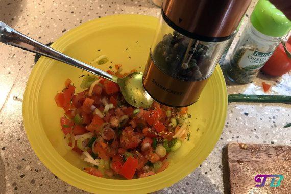 Bruschetta Tomaten Frühlingszwiebeln Kräuter Mischung würzen