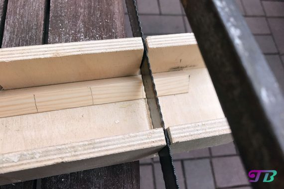 DIY Webrahmen Holz Dreikantleiste sägen