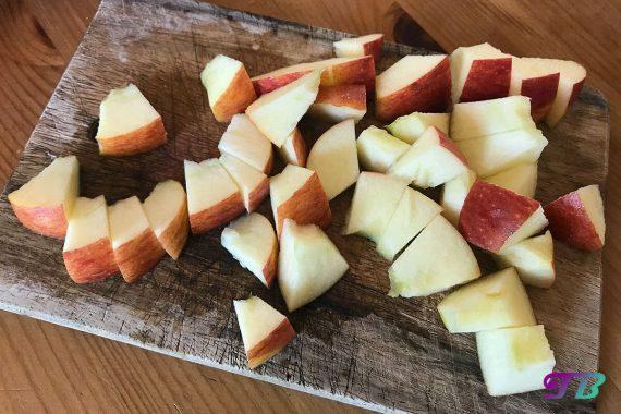 Obstsalat Apfel zerkleinern