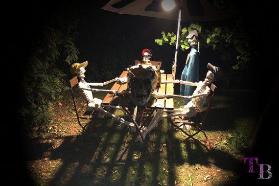 Irrgarten Kleinwelka Geisternacht 2018 Deko Skelette gesellige Runde