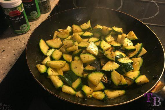 Zucchini Nudeln anbraten Pfanne Kräuter