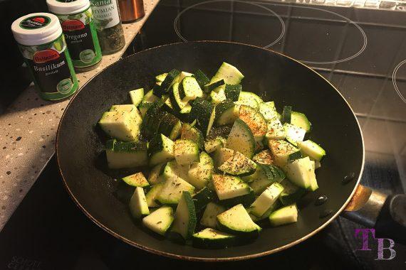Zucchini Nudeln anbraten Pfanne
