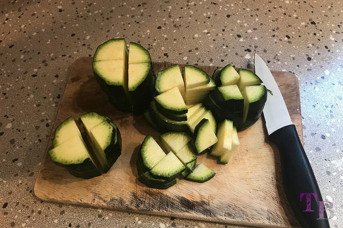Zucchini Nudeln vierteln