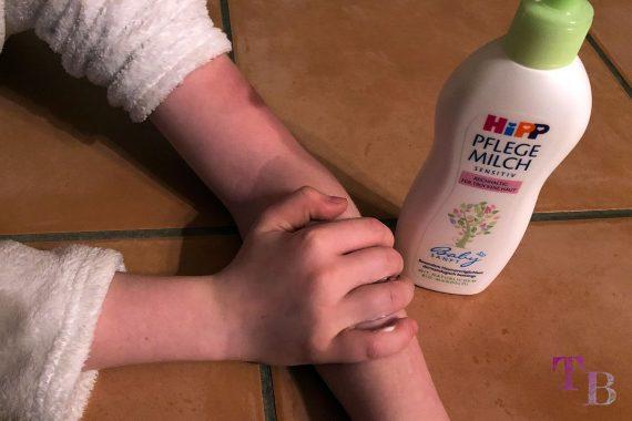 HiPP Babysanft Pflegemilch trockene Haut Feuchtigkeit Pflege auftragen