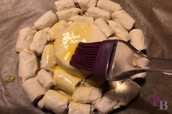 Blätterteig Weichkäse Würstchen Ei bestreichen