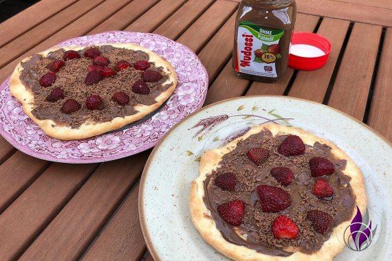 Schokopizza Nudossi bestreichen Erdbeeren