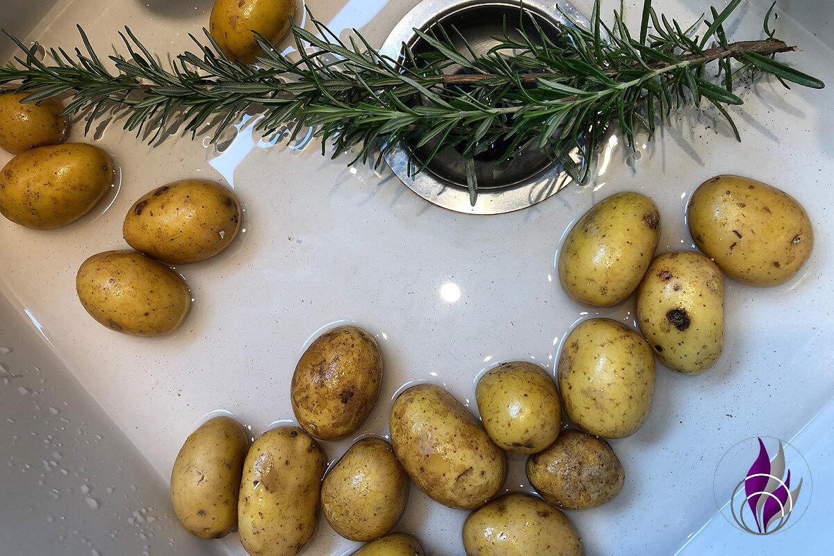 Kartoffeln Rosmarin waschen